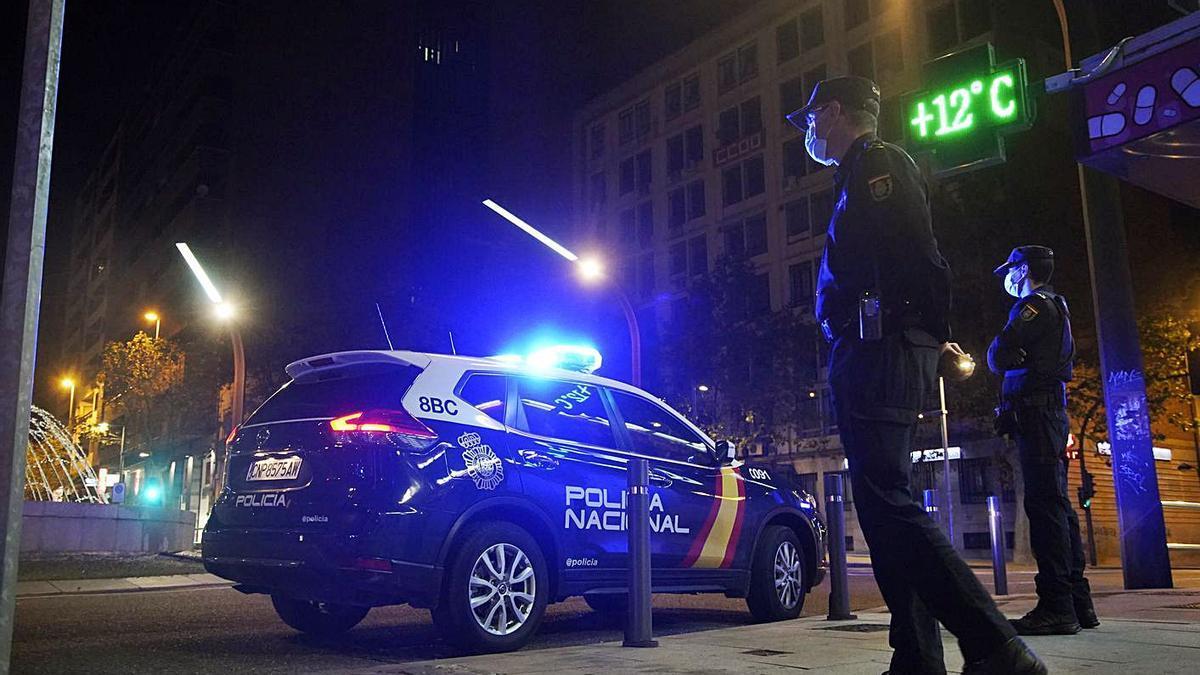 Un control de Policía Nacional en la Plaza de Alemania ya con el toque de queda.