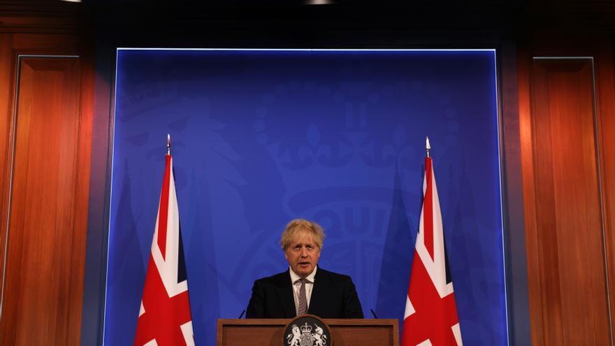 Reino Unido reabre la hostelería bajo techo y permite los abrazos entre conocidos