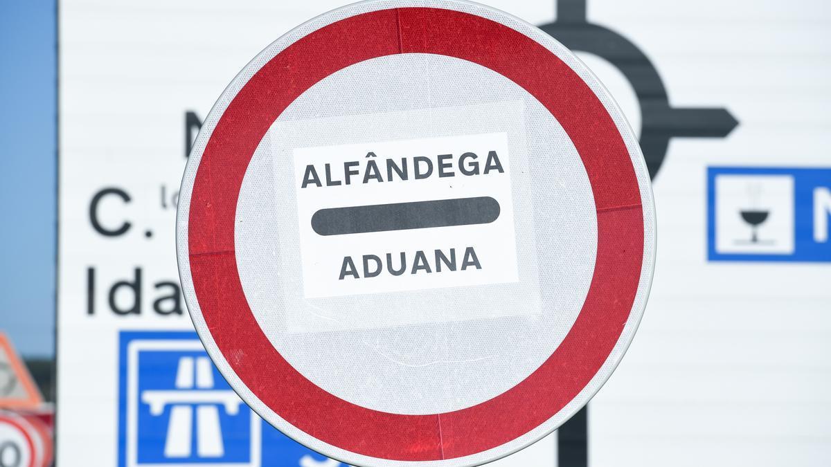 Señal de una aduana en un punto fronterizo entre Portugal y España.
