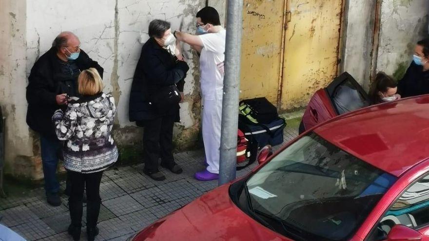 Vacunan en la calle y la polémica salta a las redes
