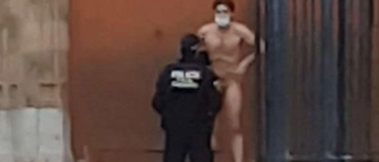 El vídeo viral de un hombre desnudo este viernes en la Plaza Mayor de Castellón