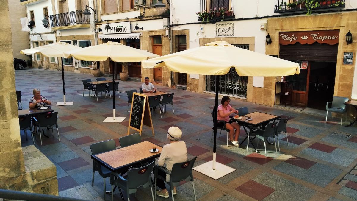 Cuatro clientes y cada uno en una mesa: el ejemplo perfecto de la distancia social