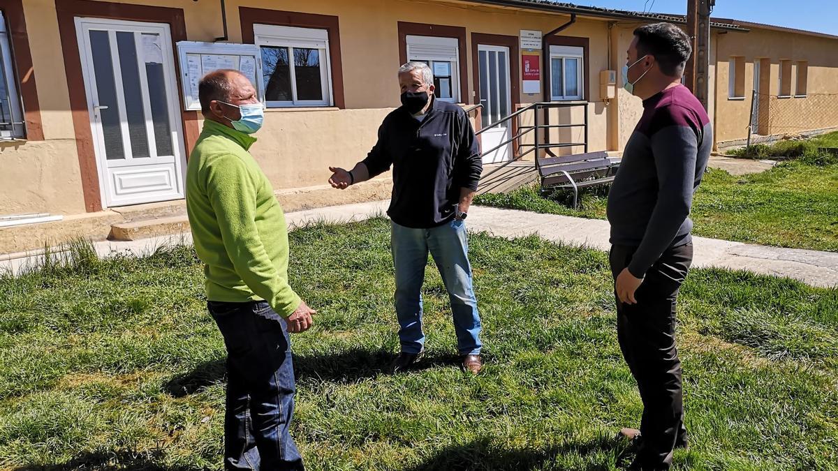 En el centro de la imagen el Portavoz Municipal del PSOE, Andrés Espino Justel, conversa con dos vecinos de Molezuelas de la Carballeda junto al Ayuntamiento de la localidad