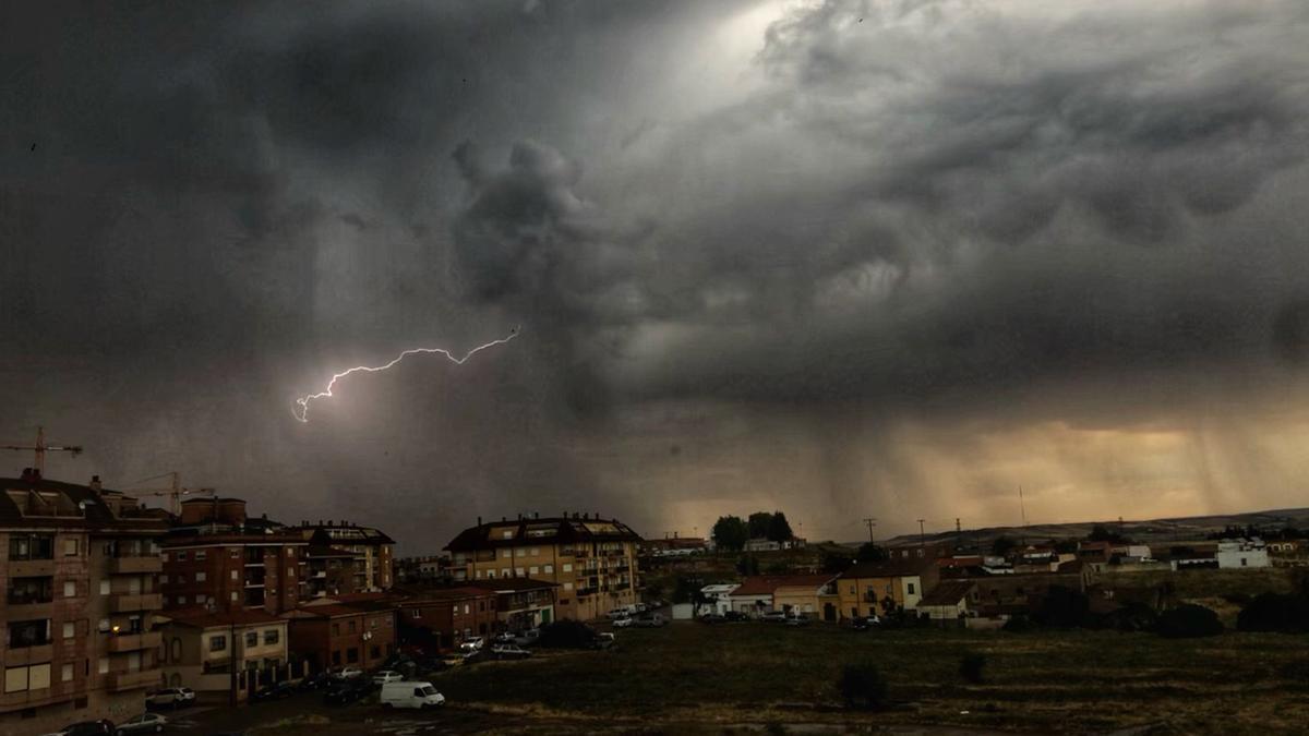 Relámpago durante la tormenta en Zamora.