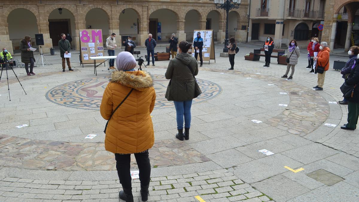 Acto celebrado en la Plaza Mayor de Benavente para conmemorar el 8M. / E. P.