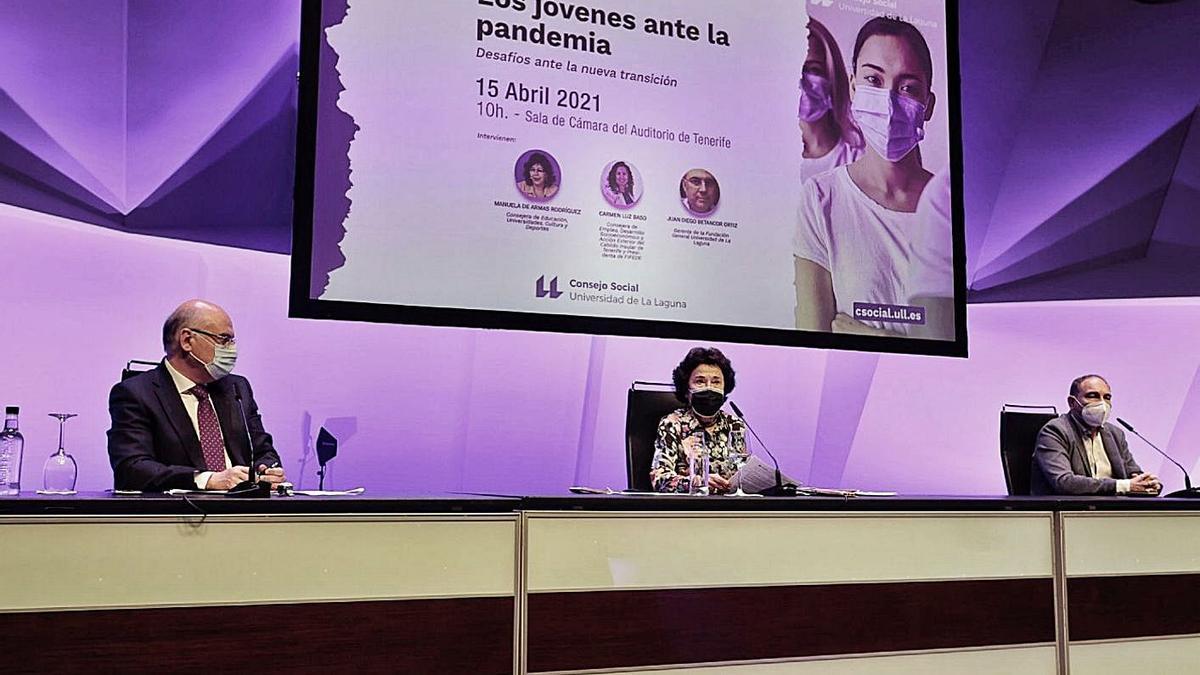 Juan Diego Betancor, María Dolores Pelayo y Manuel Area durante la inauguración de la jornada. | | MARÍA PISACA