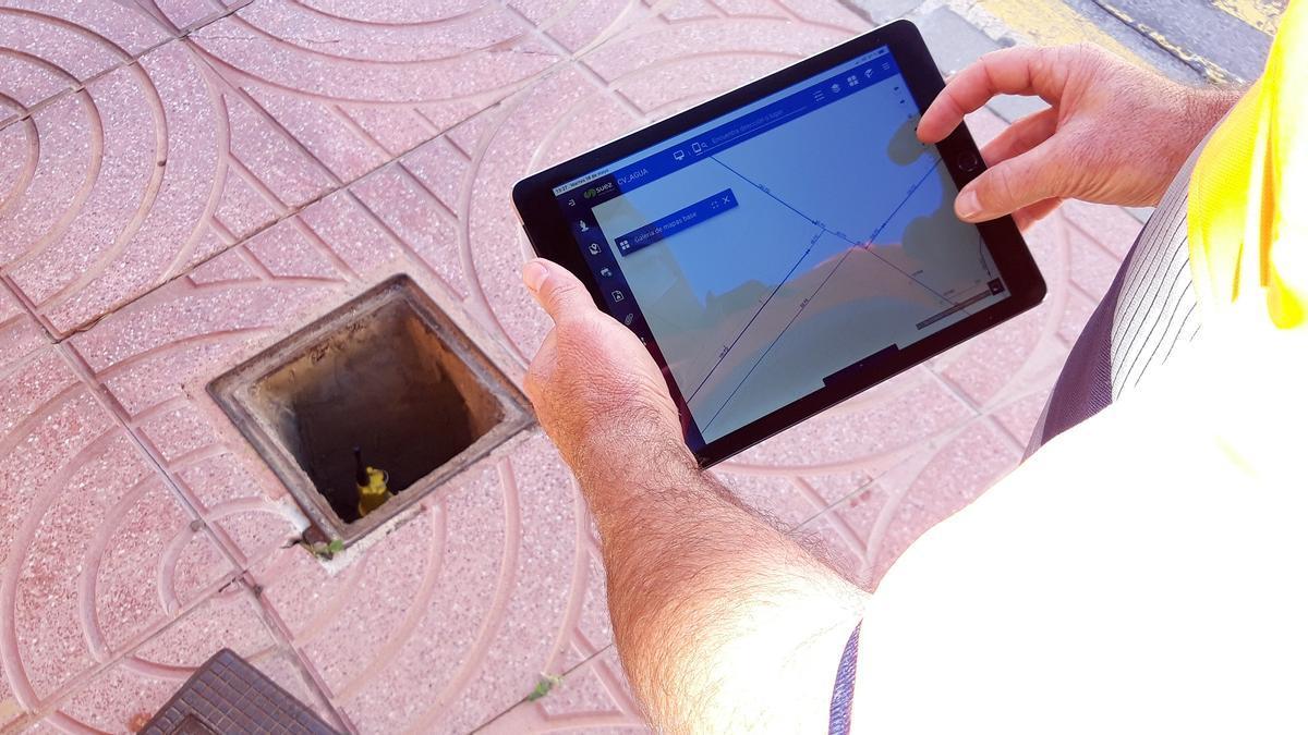 Personal operario con la herramienta GIS.