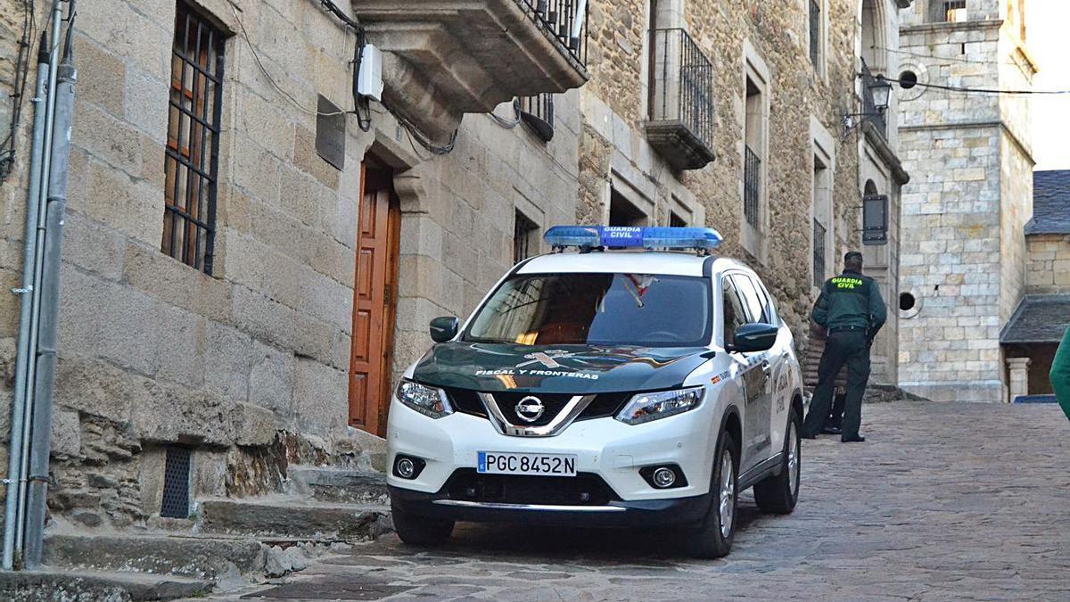 Un vehículo de la Guardia Civil a la puerta del Juzgado de Puebla de Sanabria | A. S.