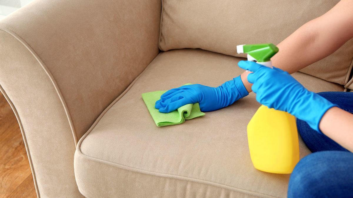 Trucos para limpiar el sofá.
