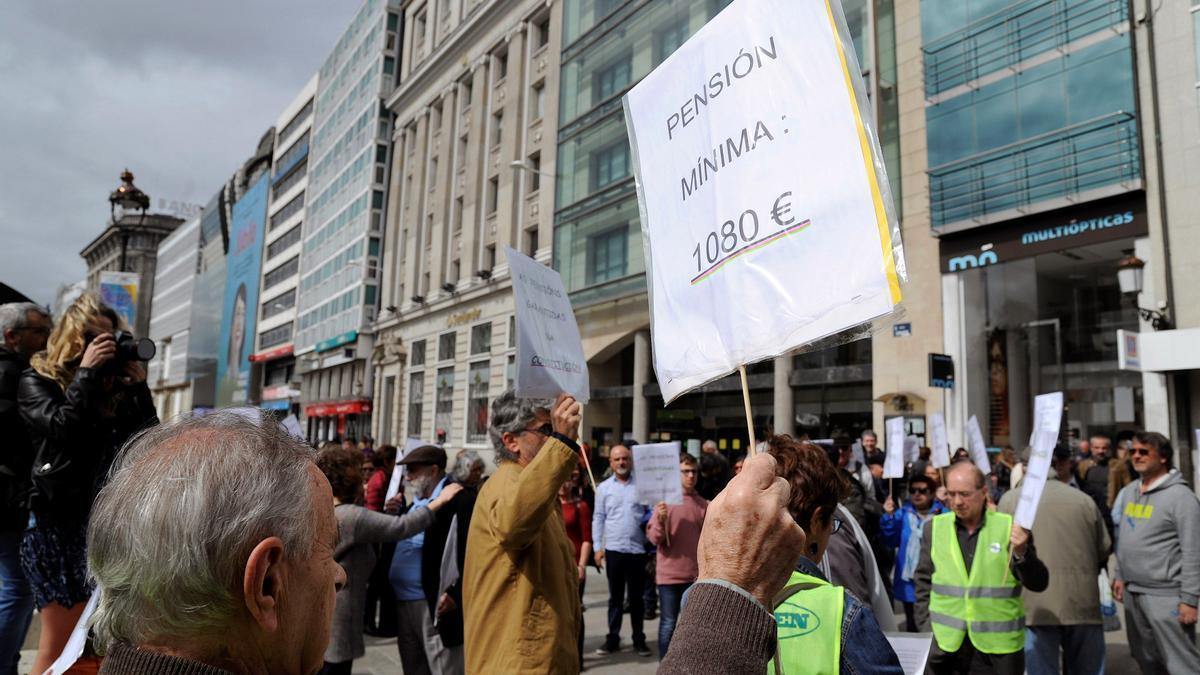 Pancartas durante una protesta de pensionistas de A Coruña en 2019.