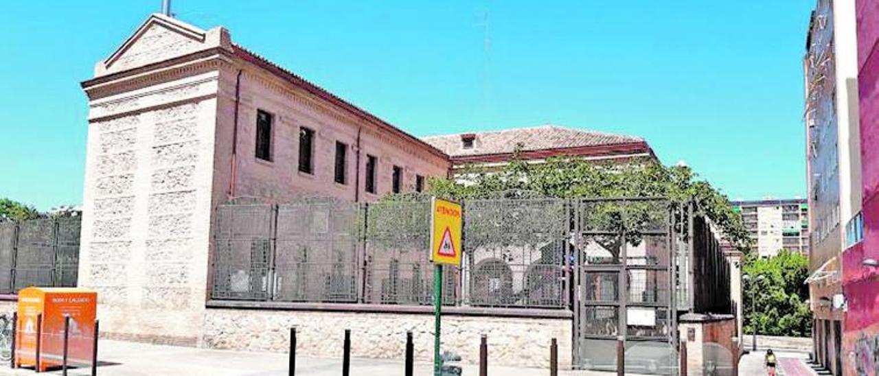 Entrada actual al colegio y antigua cárcel de mujeres por la calle Democracia.   A. V.