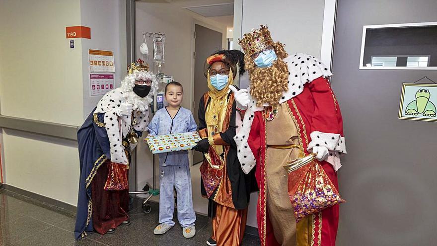 Los Reyes Magos hacen una parada en los hospitales de Mallorca