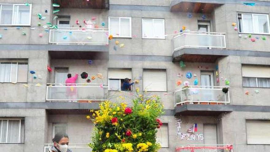 Los vilagarcianos reinventan la Festa dos Maios y los suben a internet junto con sus coplas
