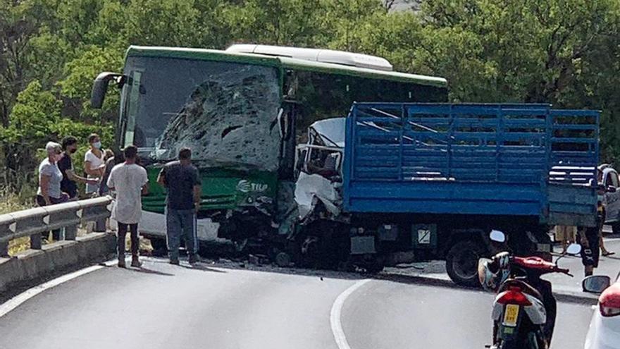 Un fallecido en un choque frontal entre una camioneta y una guagua en La Palma