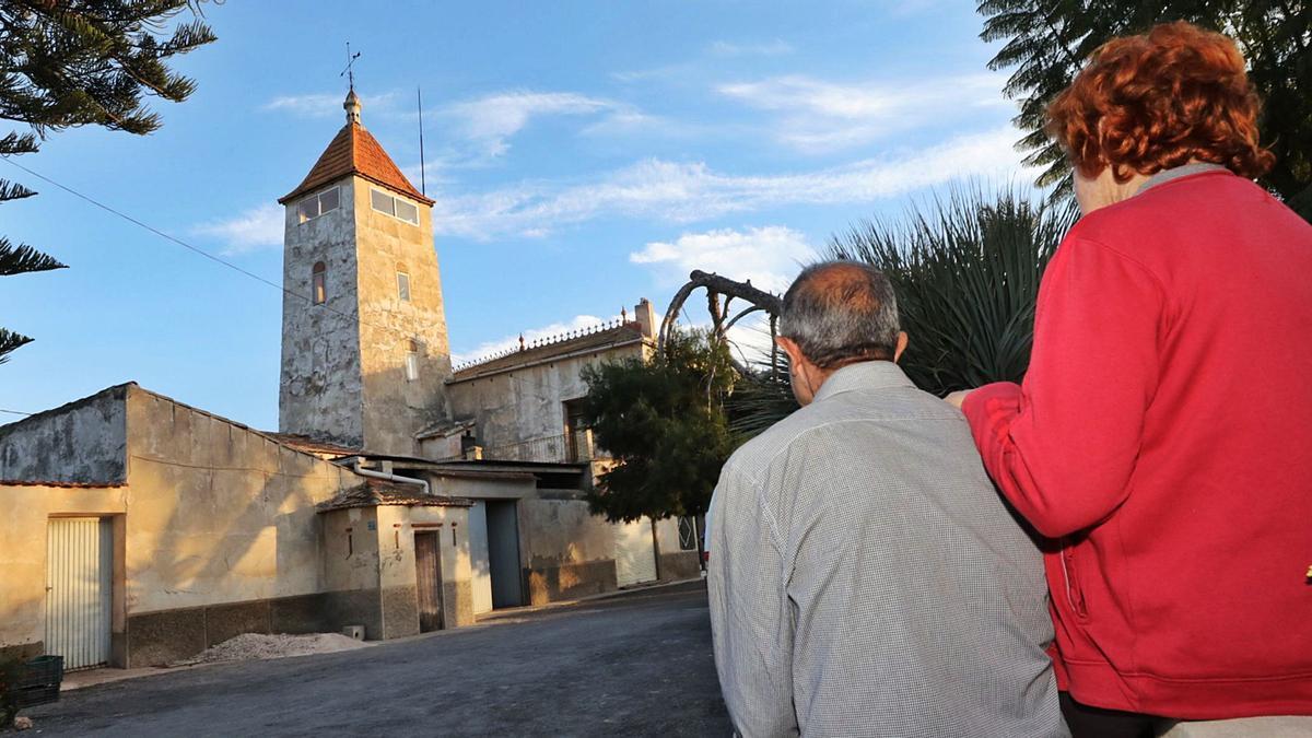 Maribel y Vicente contemplan la Torre de San Matías, en  Asprillas, en la que viven desde hace más de cuarenta años.    ANTONIO AMORÓS