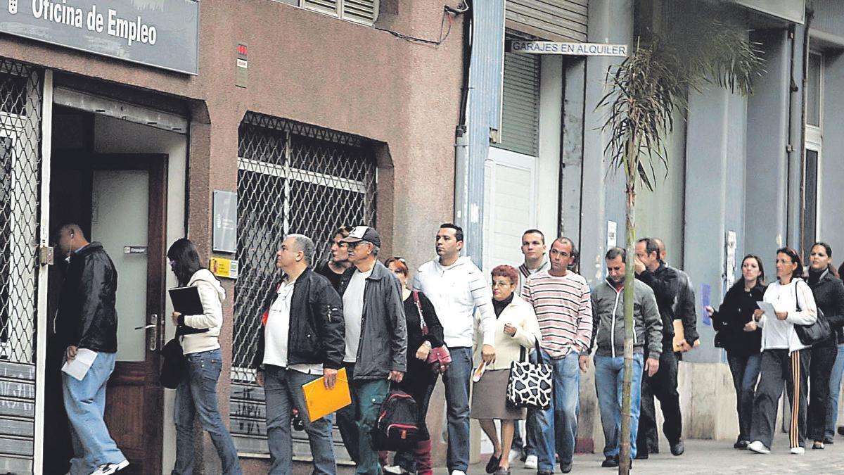 Imagen de archivo de una cola de personas ante una Oficina de Empleo en Santa Cruz de Tenerife.