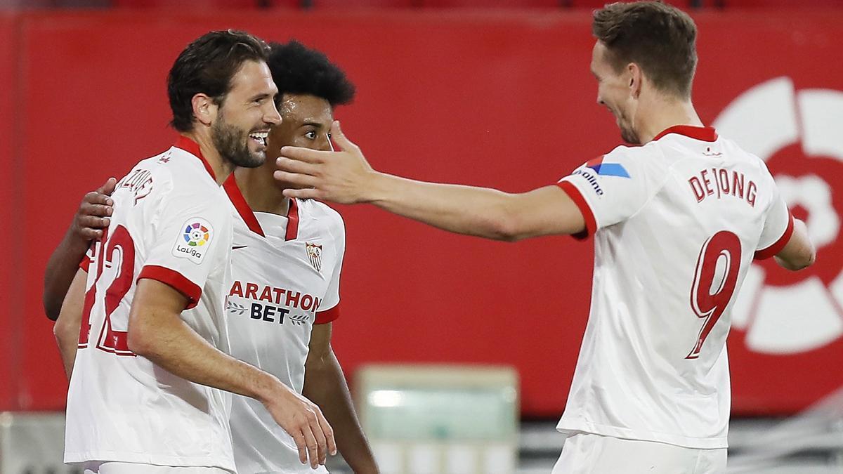 Los jugadores del Sevilla celebran un gol al Elche.