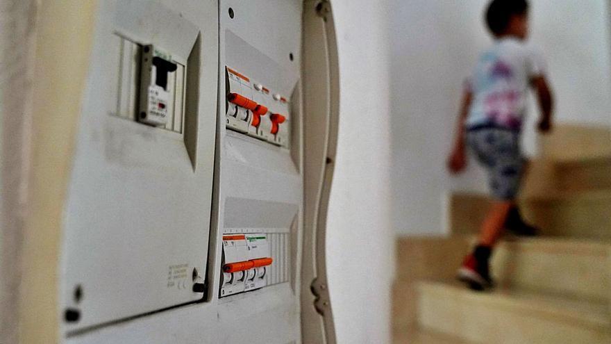 El Govern baixa l'IVA de la llum al 10% i estudia si prorrogar-ho al desembre