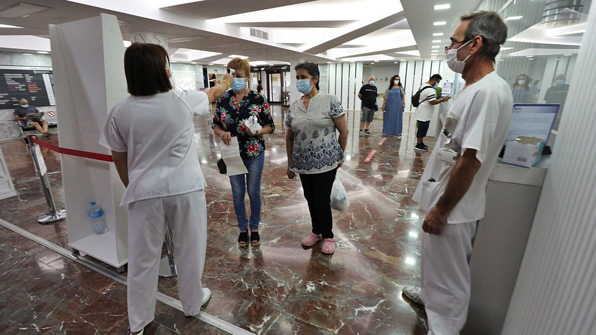 Toma de temperatura a los pacientes que acceden al Hospital General de Elche.