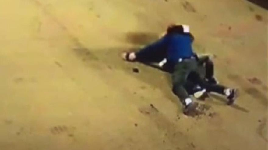 Un vídeo muestra el ataque con un cuchillo a un policía local en Ourense