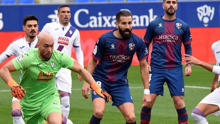 Dmitrovic salva un punto para el Eibar ante el Huesca