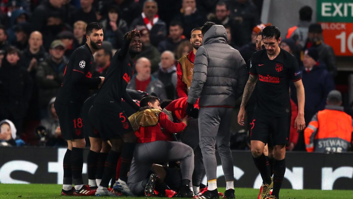 Los jugadores del Atlético celebran uno de sus goles ante el Liverpool en Anfield