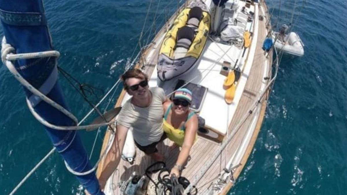 La pareja durante su viaje en alta mar.