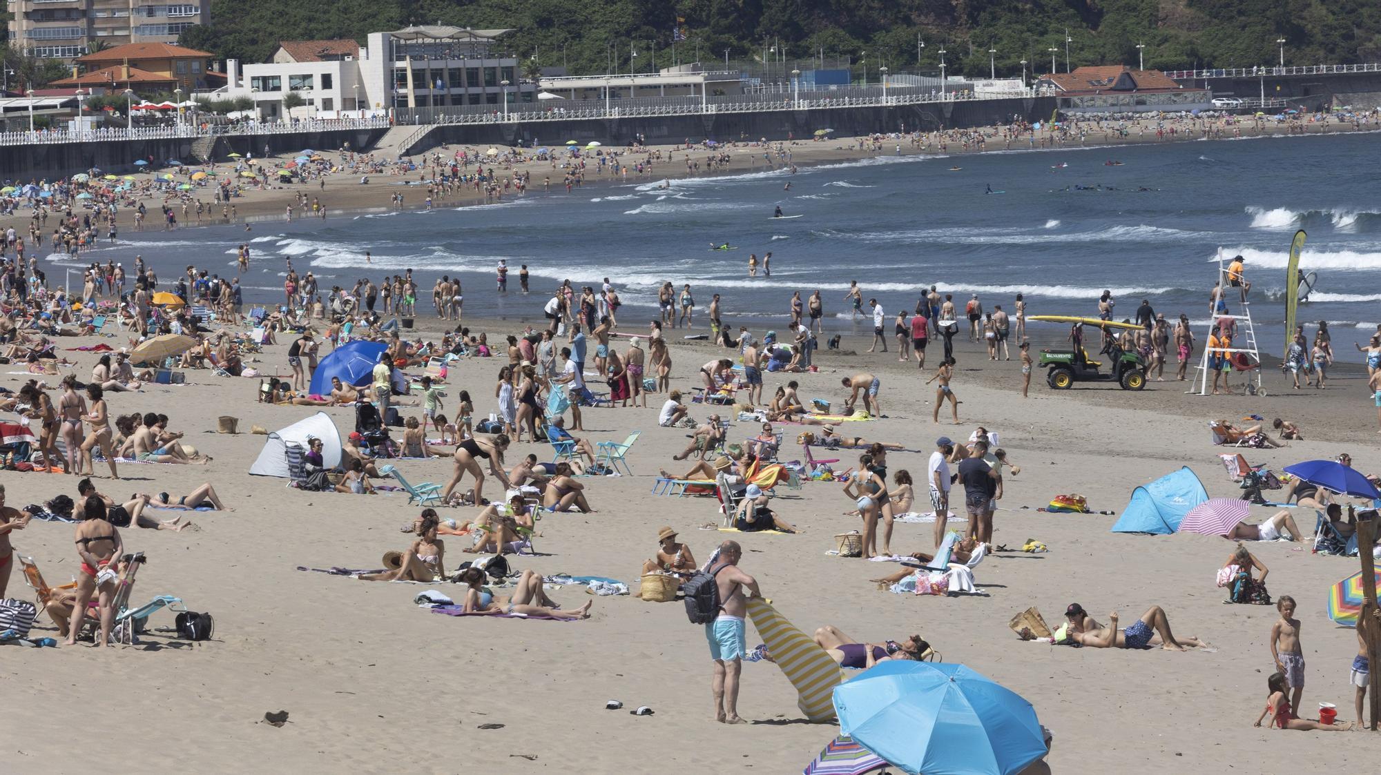 Bañistas en la playa de Salinas