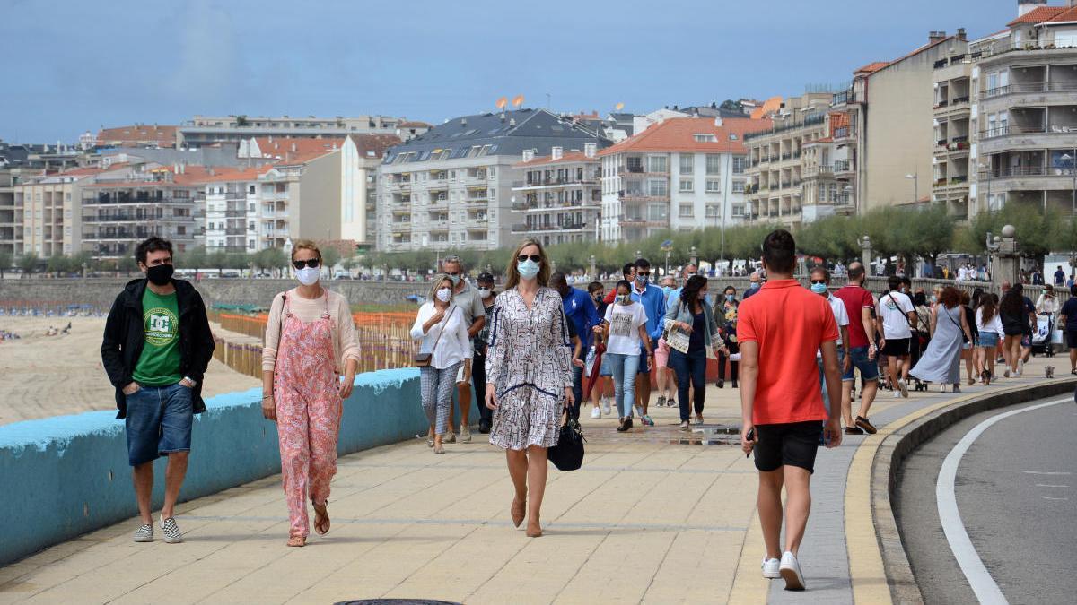 El ambiente en el paseo de Silgar, en Sanxenxo, a finales de agosto. // Gustavo Santos