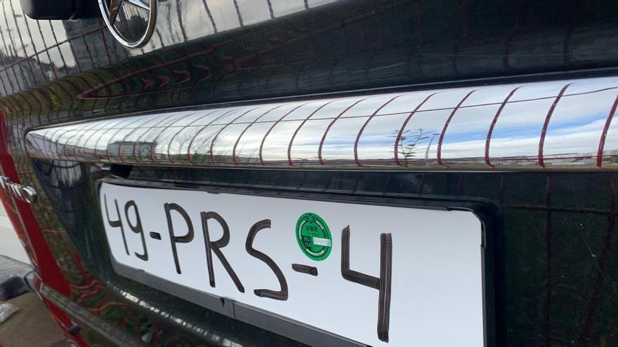 Interceptado en Lugo un coche con la matrícula pintada con rotulador permanente