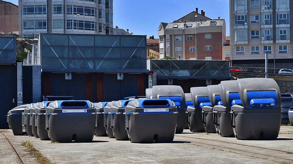 Los contenedores de papel y cartón, en las cocheras de los tranvías de As Lagoas.   | // VÍCTOR ECHAVE