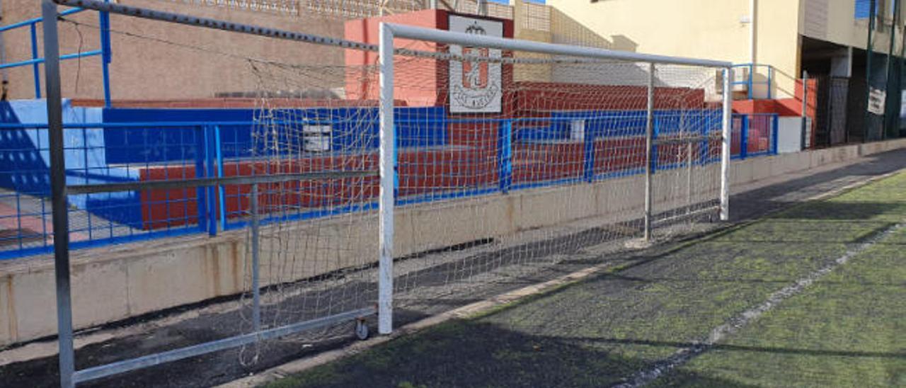Porteria del campo de fútbol de Las Huesas en la que se anexionan las estructuras de metal para servir de portería de fútbol 8.