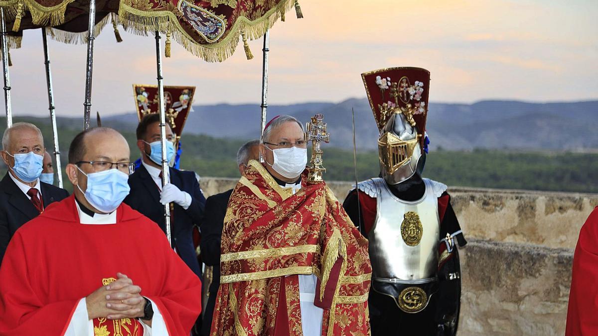 El obispo de la Diócesis de Cartagena, José Manuel Lorca Planes, realiza la tradicional bendición. | ENRIQUE SOLER
