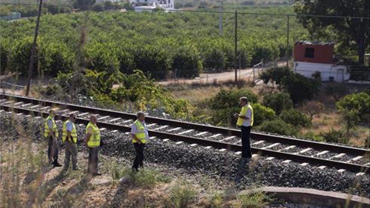 Técnicos de ADIF inspeccionan la zona acotada de la vía férrea en Málaga.