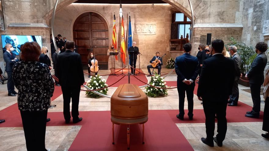 Valencia despide a Brines: el cuerpo del poeta llega al Palau de la Generalitat