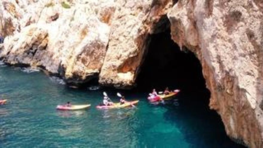 Las motos acuáticas y las lanchas vuelven a colarse en las cuevas protegidas de Xàbia
