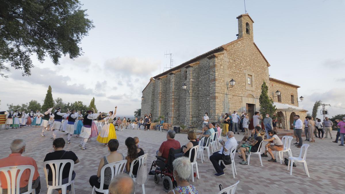 Actuaciones de danza tradicional estrenaron el nuevo escenario para eventos de la Muntanyeta de Sant Antoni de Betxí.