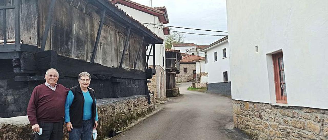 Ángel Suárez y María Josefa Álvarez, en la calle que lleva a su domicilio en Sama de Grado.   S. Arias