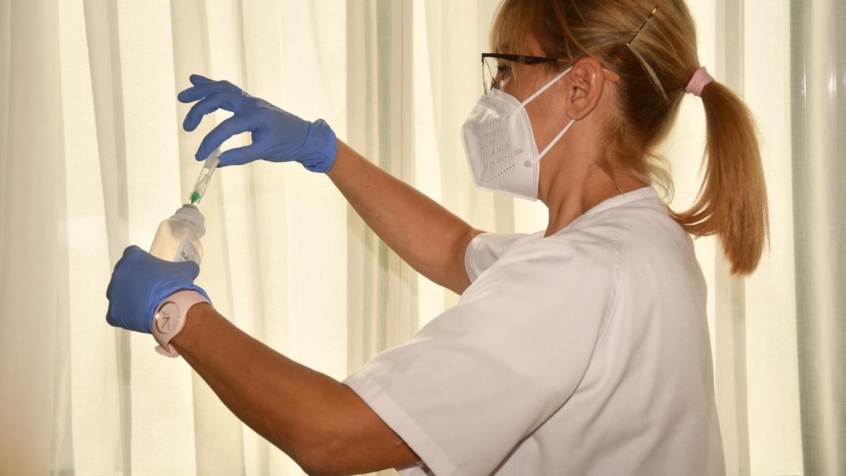 Preparación de la vacuna de Pfizer, ayer, en la residencia de ancianos de Haría, en Lanzarote.
