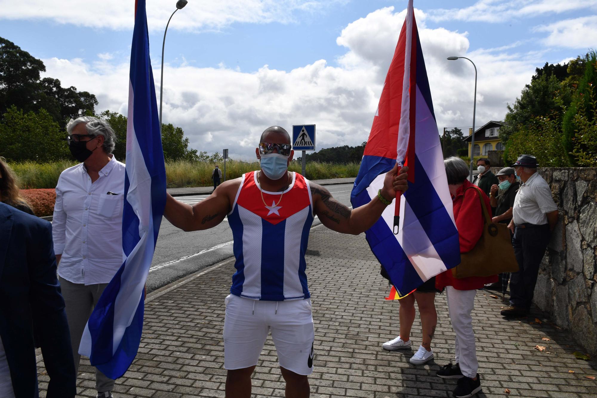 Concentración de cubanos contra la represión en Cuba y la estatua de Che Guevara en Oleiros