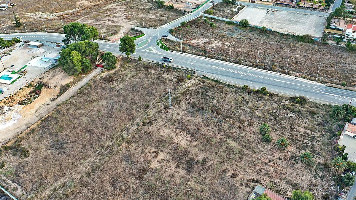 Terrenos municipales cerca de La Matanza que ofrece el Ayuntamiento para que el Ministerio de Defensa instale su central logística. | TONY SEVILLA