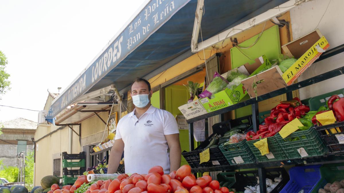 Jorge Galapero, empleado de la Multitienda Lourdes, posa en una imagen para El Periódico.