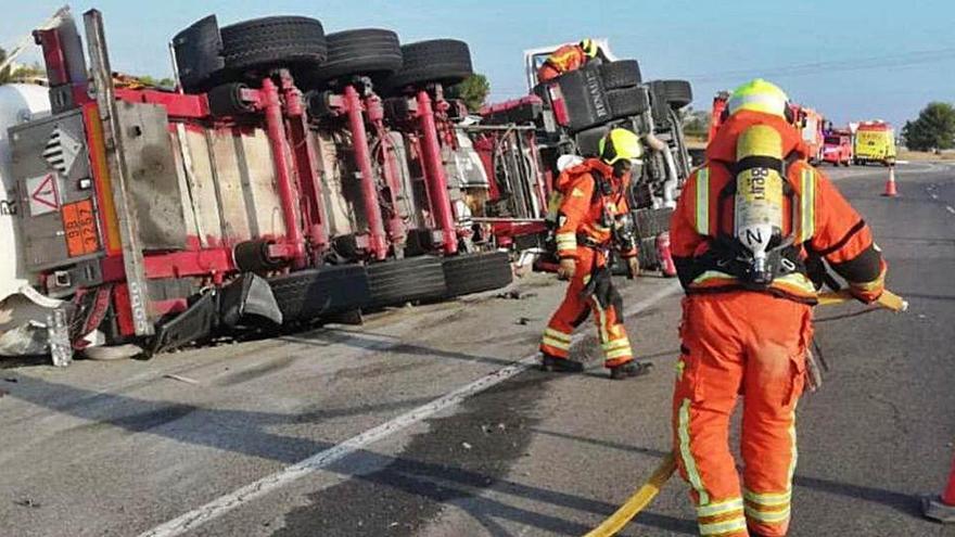 Herido grave tras volcar su camión y perder betún asfáltico