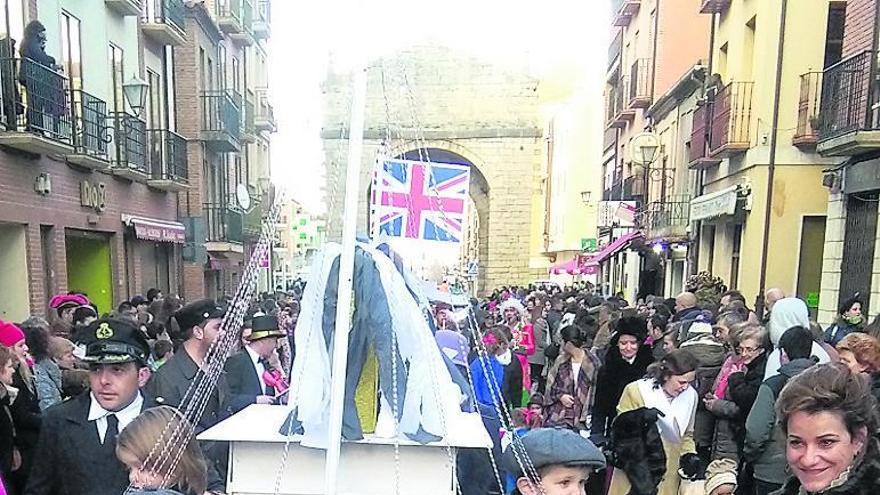 Participantes en el desfile del año pasado con un montaje del Titanic.