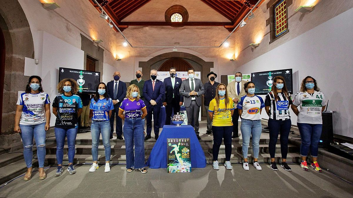 The Copa del Reina, surrounded by the Rocasa veterans with the shirts of the tournament representatives and together with the public authorities.  |  |  QUIQUE CURBELO / EFE