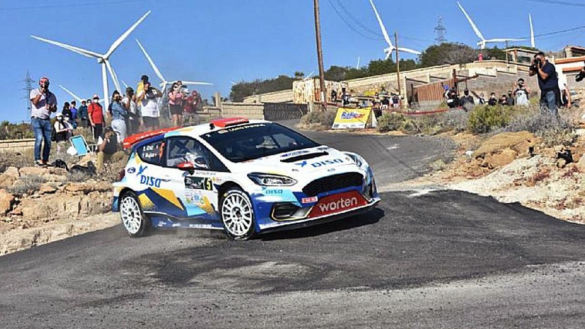 Enrique Cruz y Yeray Mujica, con el Ford, durante la segunda etapa del Rally Villa de Adeje, celebrada ayer. | | LP/DLP