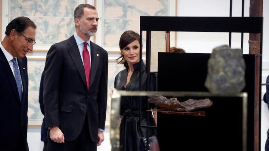 Los Reyes evitan pasar junto al 'ninot' de Felipe VI