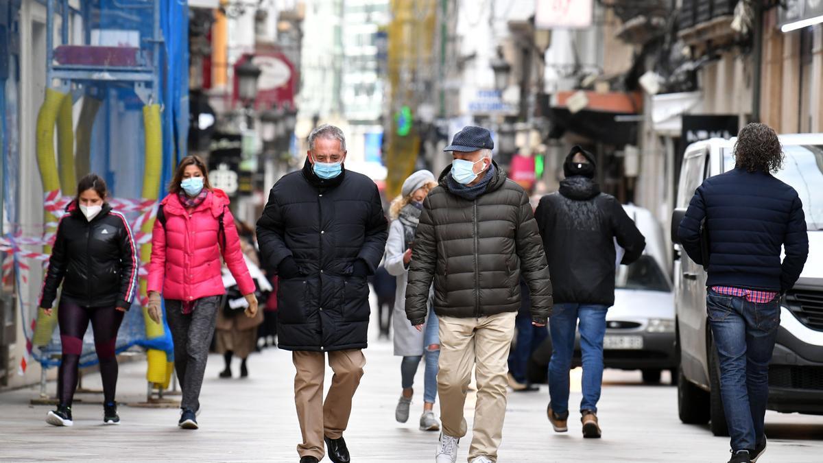 Ciudadanos con mascarilla en una céntrica calle de A Coruña.