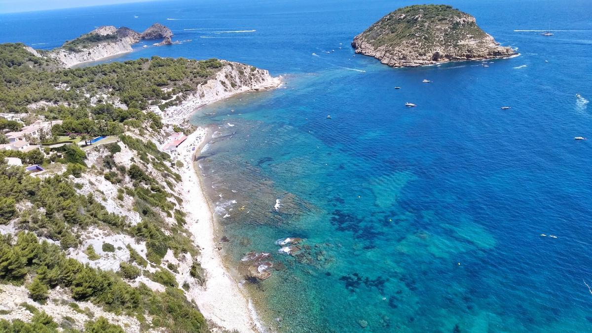 La costa del Poritxol donde se ha rescatado a los cuatro nadadores