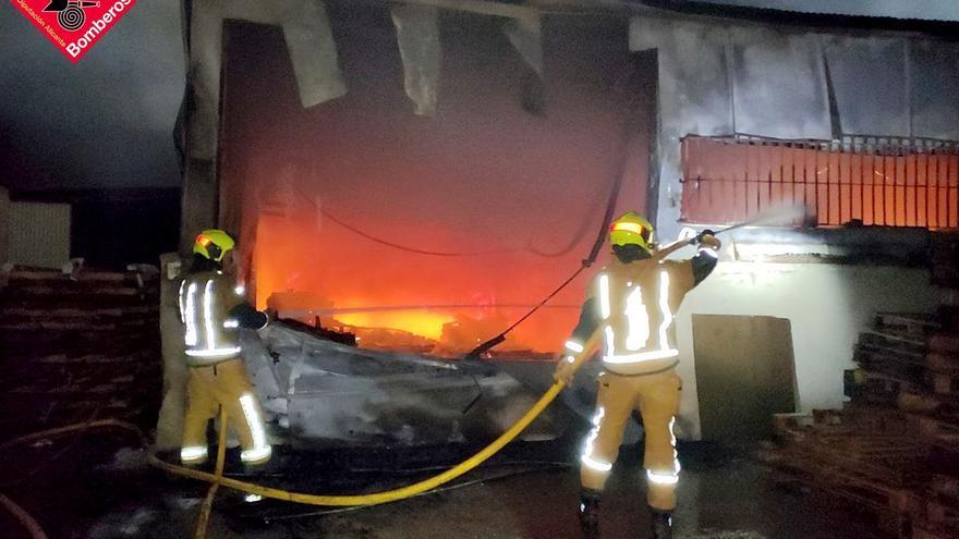 25 bomberos sofocan un aparatoso incendio de maderas en Elche